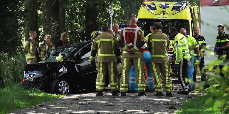 Automobiliste gewond bij botsing met boom in Holsloot.