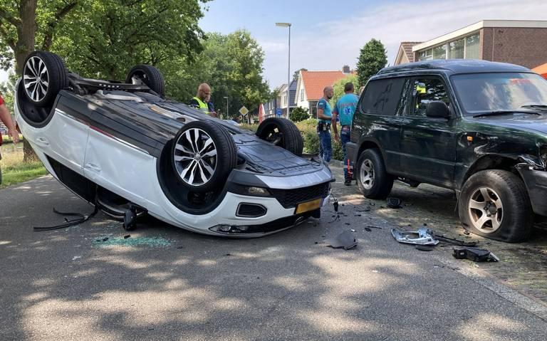 Auto slaat over de kop na botsing met een geparkeerde auto in Erica.