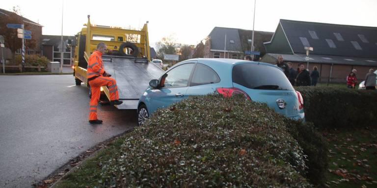 Auto ramt tuinheg na botsing in Nijeveen.