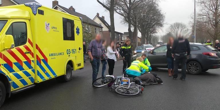 Fietser in Hoogeveen gewond door botsing met auto.