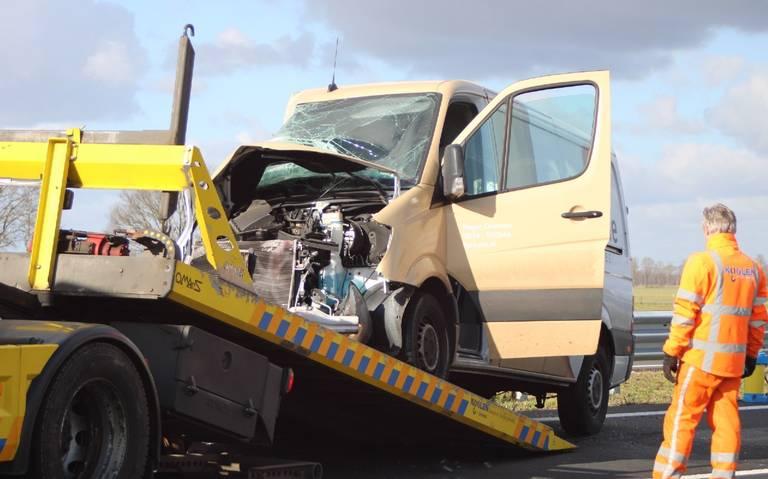 Bedrijfsbus fors beschadigd na botsing met vrachtwagen op de N34 bij Dalen.