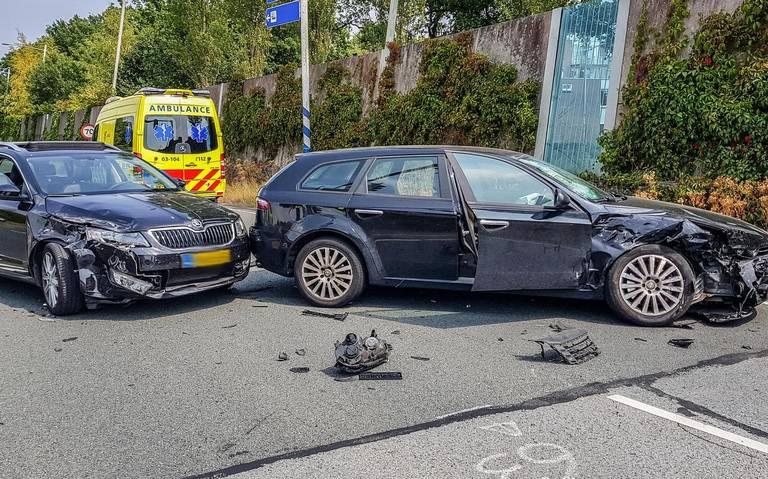 Drie autos vernield en een persoon gewond na ongeval in Assen.