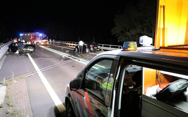 Ravage op de N34 na frontale botsing: twee personen gewond.