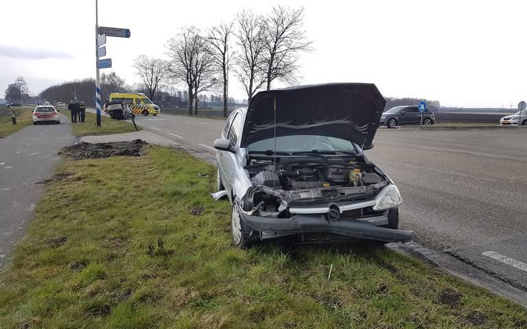 Auto belandt op de kop bij botsing in Emmen, bestuurder gewond.