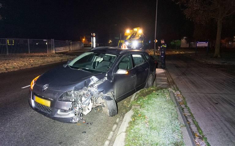 Auto zwaar beschadigd na botsing met lantaarnpaal in Emmen.