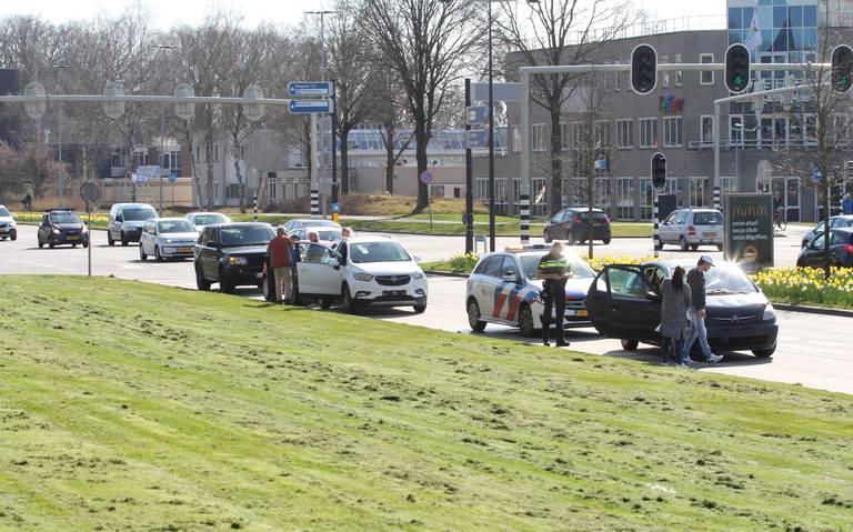 Botsing met drie autos op de Ermerweg en Hondsrugweg in Emmen.