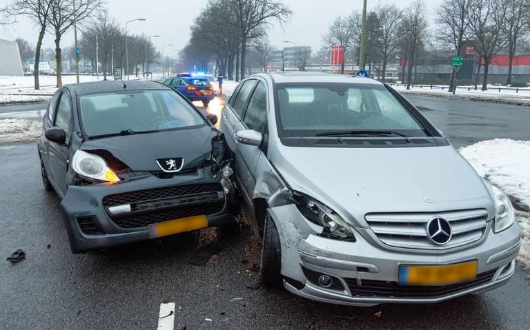 Botsing op de Dordsestraat in Emmen: veel blikschade, geen gewonden.