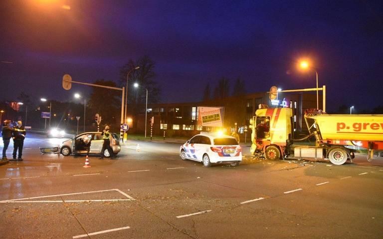 Botsing auto en vrachtwagen in Emmen.