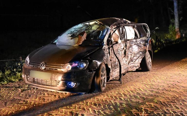 Twee gewonden bij ongeluk op Beekweg bij Schoonebeek: auto botst tegen boom.
