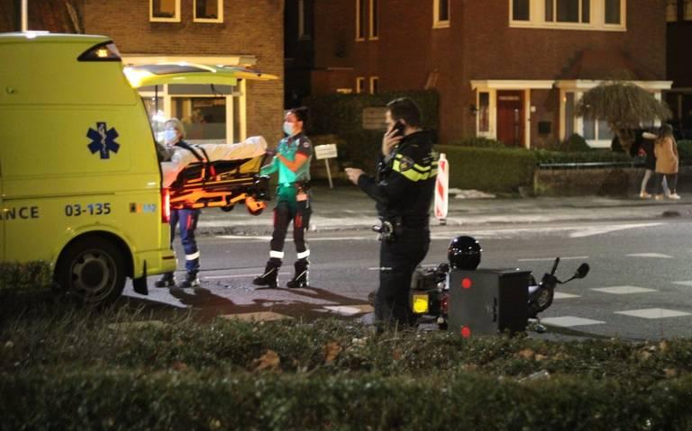 Scooterrijder gewond na aanrijding met auto op het Stationsplein in Emmen.