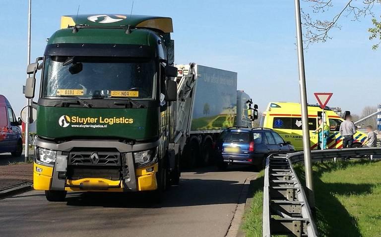 Automobilist gewond na botsing tegen vrachtwagen in Assen.