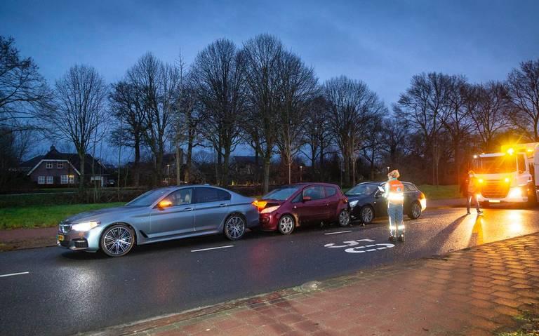 Gewonde bij aanrijding met drie autos in Hoogeveen.