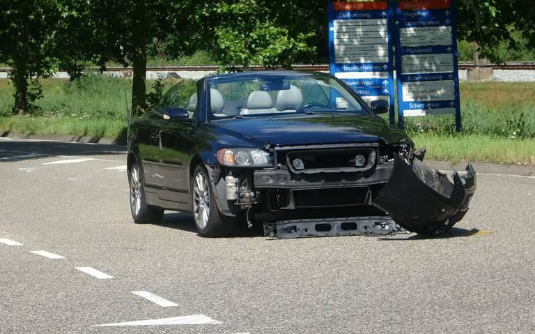 Auto raakt flink beschadigd na botsing met truck in Meppel.