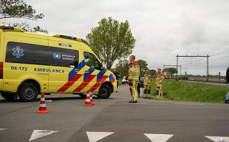 Wielrenner wordt aangereden op de Dekkersweg in Staphorst en belandt in een sloot, waar hij door de brandweer uitgehaald moet wo