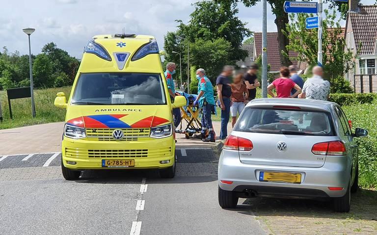 Wielrenner komt hard ten val na aanrijding op de Verlengde Middenraai in Nieuw-Ballinge: auto verleende geen voorrang.