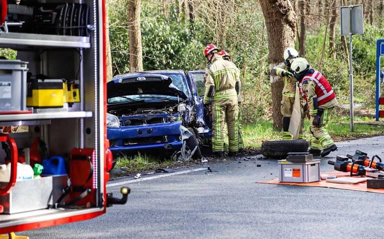 Twee gewonden bij ongeluk op de Langeloërweg bij Norg: één bestuurder door brandweer bevrijd.