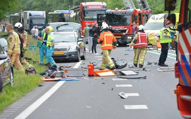 Ernstig ongeluk met meerdere autos op N34 bij Zuidlaren.