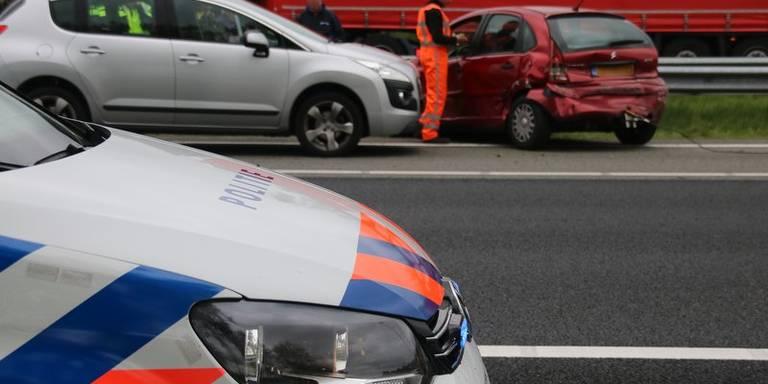 Ongeluk op A28 leidt tot file.