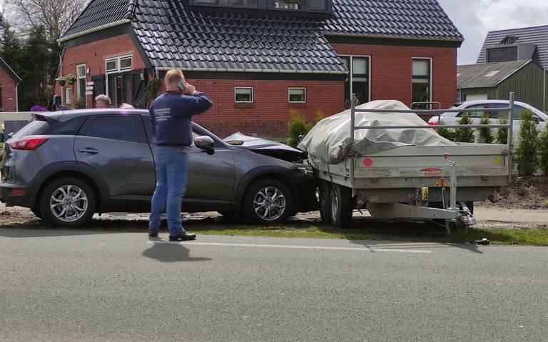 Automobilist gewond na botsing tegen geparkeerd busje met aanhanger langs de Burgemeester J.G. Legroweg in Eelde.