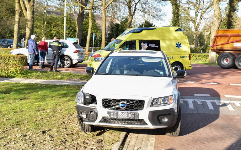 Botsing op de Groningerstraat in Noordlaren: één automobilist naar het ziekenhuis.