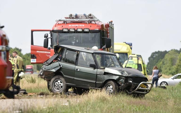 Auto raakt bij Darp van de weg, file op de A32.