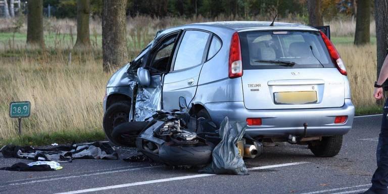 Motorrijder gewond bij botsing met auto op N376 bij Veenoord.