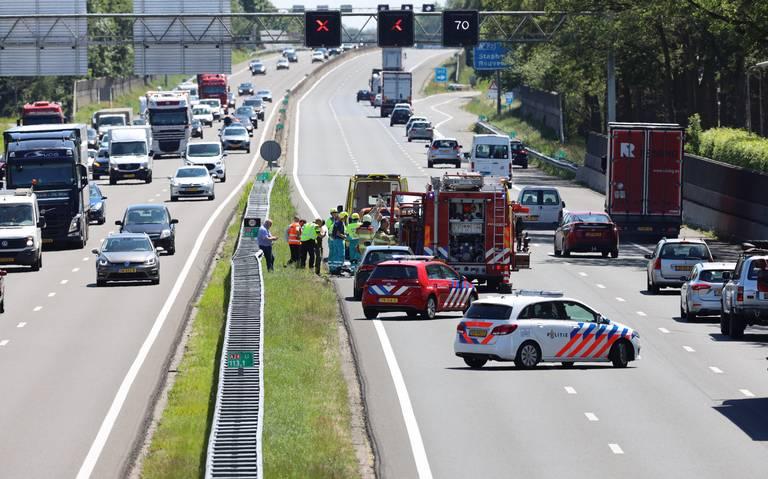Ongeval legt verkeer op A28 bij Staphorst lam, ruim anderhalf uur vertraging.
