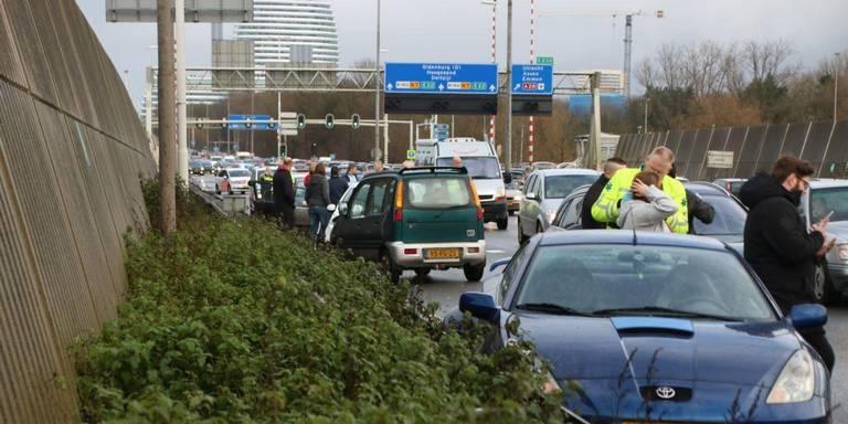 Botsing en pechgeval zorgen voor file rond knooppunt Julianaplein Groningen.