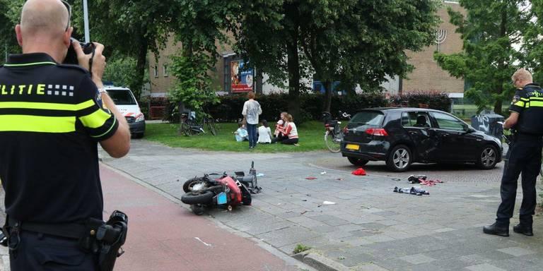 Scooterrijder gewond bij botsing met auto in Groningen.