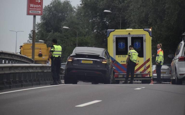 Ongeluk op Groningse ringweg: Tesla model X tegen de vangrail.