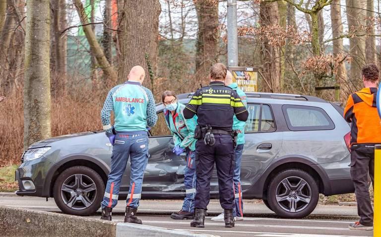 Automobiliste beklemd na botsing met vrachtwagen op de Hereweg in Groningen: gewond naar ziekenhuis.