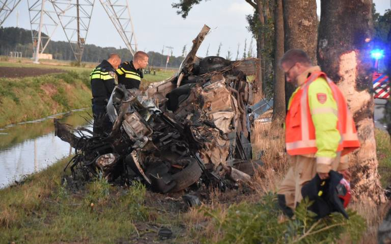Dode bij na botsing tegen boom tussen Noordbroek en Nieuw Scheemda.