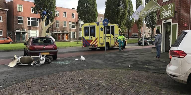 Scooterrijdster gewond door ongeluk in Groningen.