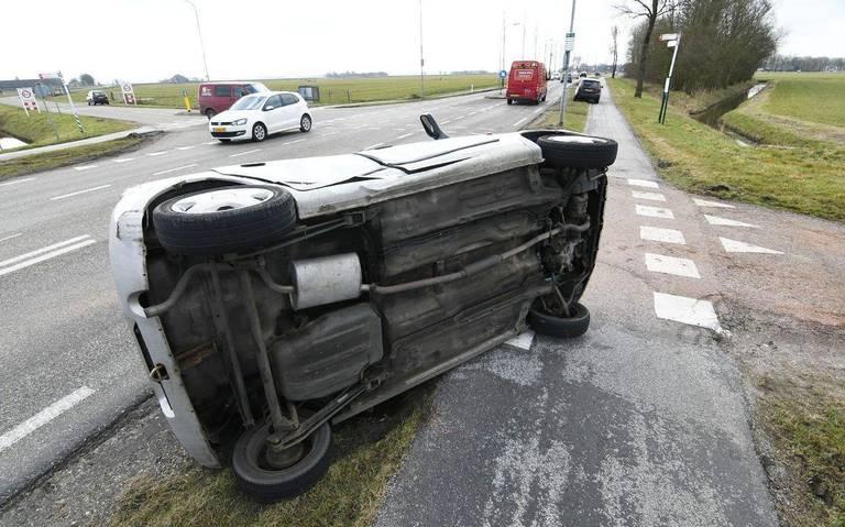 Auto belandt op de zijkant door botsing tussen Adorp en Sauwerd.