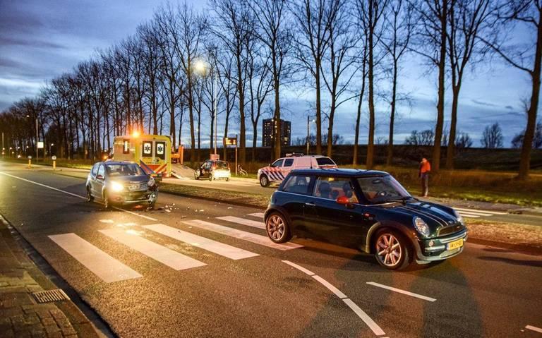 Nóg een ongeluk op Sint Petersburgweg in Groningen: voetgangers zebrapad net niet geraakt door auto.