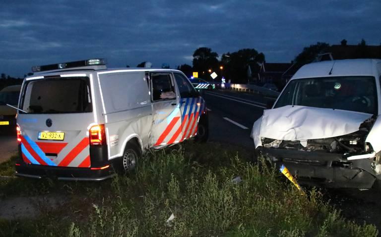 Friesestraatweg dicht na ongeluk tussen politiebusje en auto.
