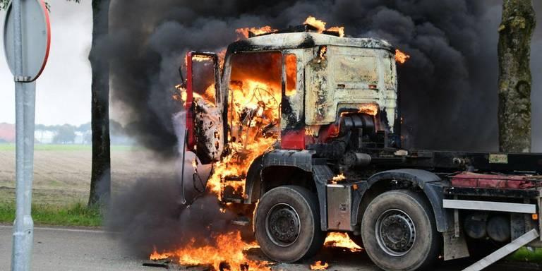 Vrachtwagen in brand na aanrijding nabij Godlinze.
