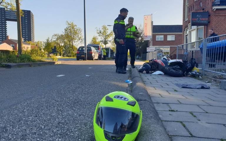 Forse aanrijding aan Rijksweg Groningen: auto en scooter botsen.