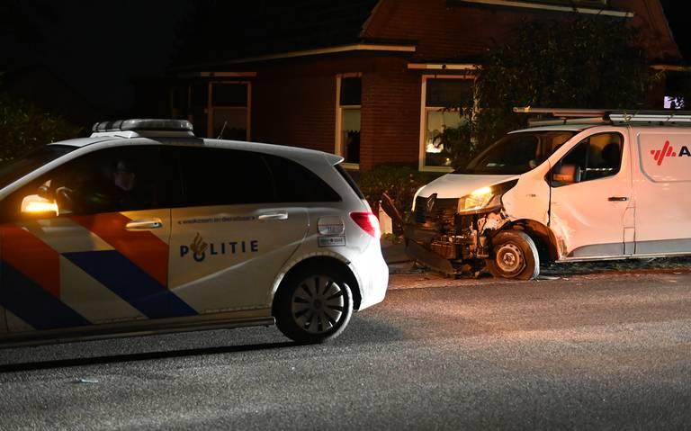 Ongeluk met twee wagens in Kropswolde, een bestuurder op de vlucht.