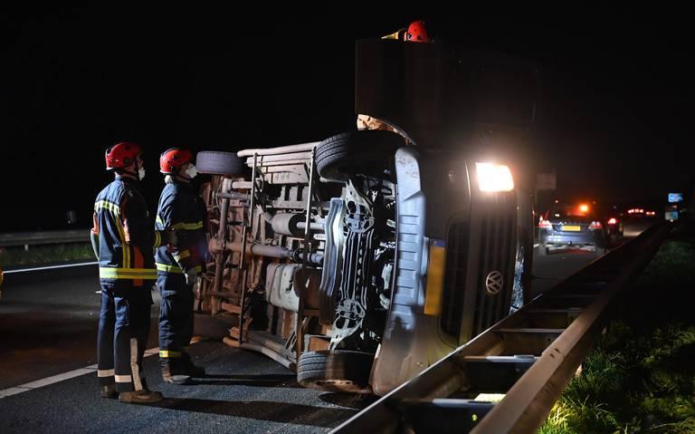 Busje op zijn kant na botsing op A7 bij Sappemeer: twee gewonden.