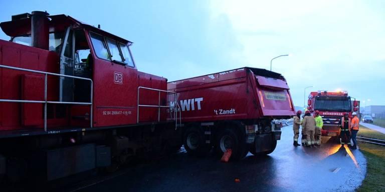Aanrijding tussen vrachtwagen en goederentrein bij Chemiepark in Farmsum.