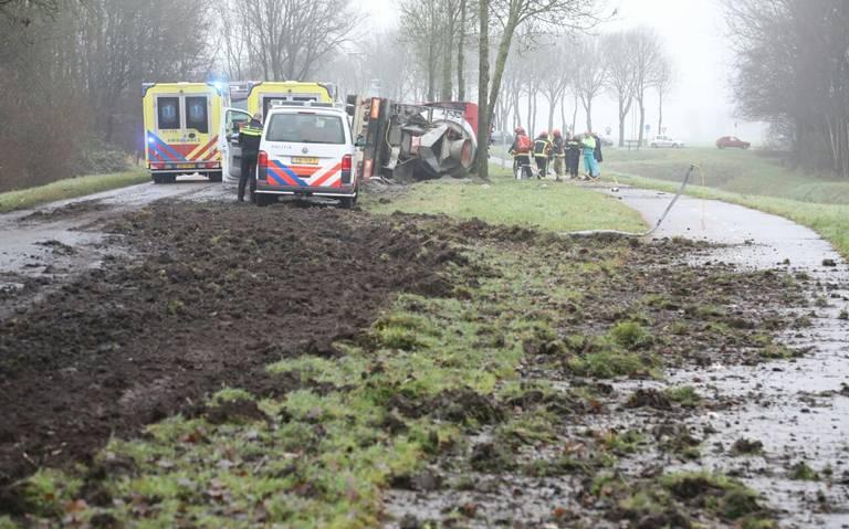 Weg tussen Winschoten en Beerta nog uren afgesloten door gekantelde vrachtwagen.
