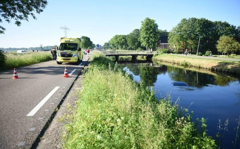 Eén auto in de sloot en één in het kanaal na een botsing op de Tussenklappen Oostzijde in Muntendam.