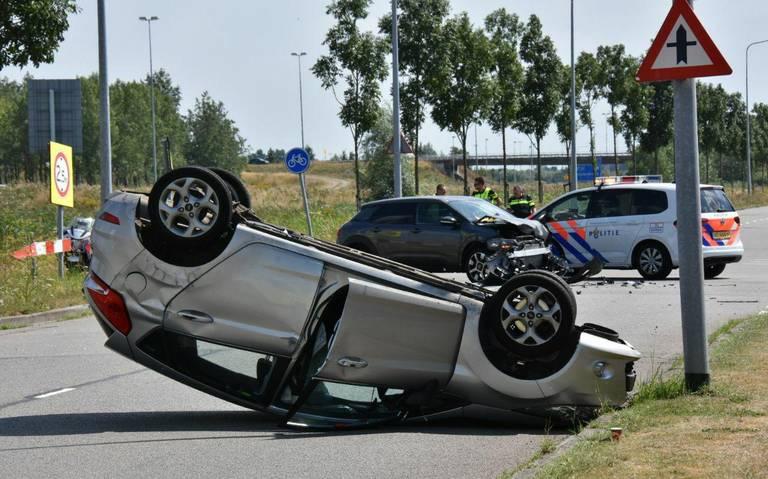 Een auto belandt op de kop na ongeval op kruising Ribeweg en Kieler Bocht in Groningen: weg afgesloten.