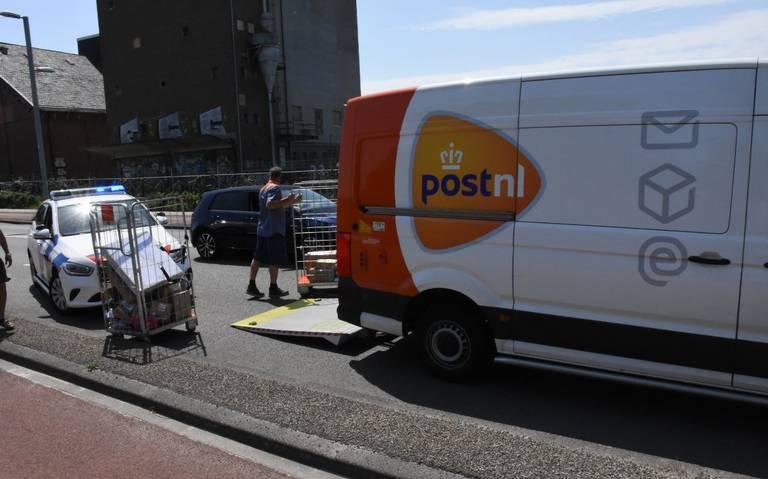 PostNL chauffeur moet post overhevelen naar ander busje na botsing op de Eltjo Ruggeweg in Groningen.