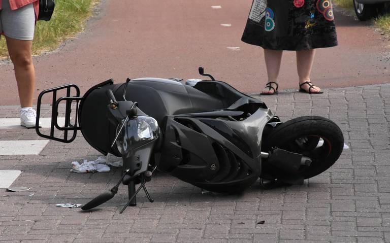 Scooterrijder zwaargewond na botsing met andere scooter in Tilburg.