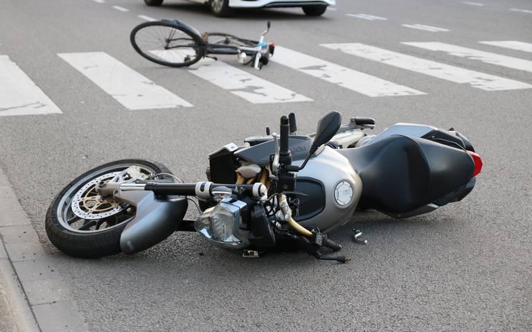 Aanrijding tussen motor en fiets op de Boumaboulevard in Groningen: fietser licht gewond.