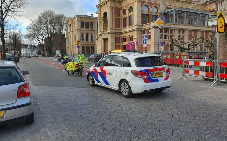 Botsing tussen auto en scooter op de Turfsingel in Groningen.