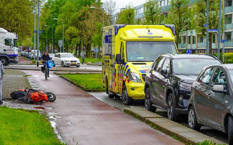 Scooterrijder licht gewond na botsing met auto op de Siersteenlaan In Groningen.