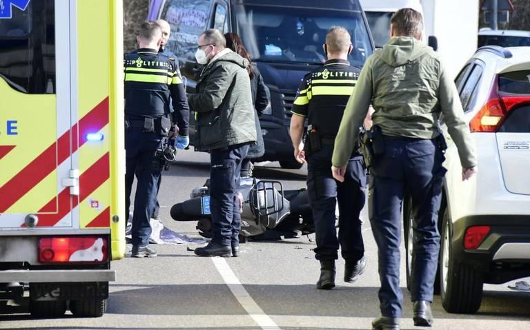 Vrouw staat met weeën in de file, door botsing brommer en busje op de Borgweg Groningen.